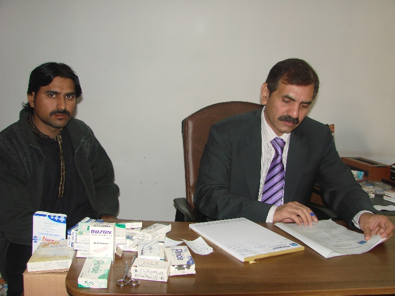 dr-anis-khan-patient-check-krtay-huay
